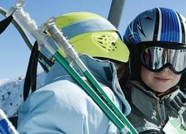 Niños en la nieve: qué ropa y qué complementos básicos necesitan para iniciarse en el esquí